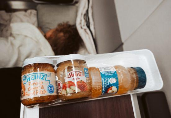 17 X Babyvoeding in het vliegtuig en meer tips voor eten tijdens een vliegreis met baby