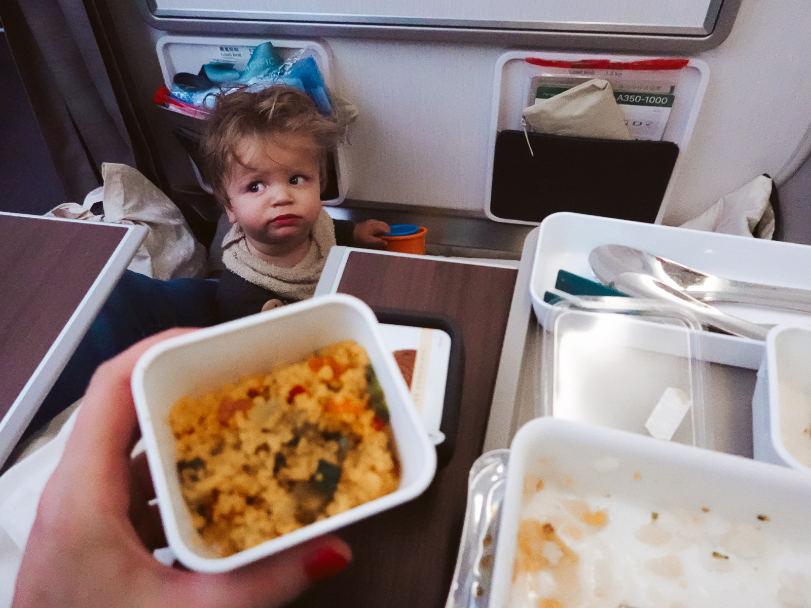 baby eten in het vliegtuig